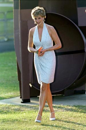10 самых откровенных нарядов принцессы Дианы, которые приводили к скандалу
